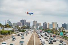 Widok z lotu ptaka autostrada, Południowo-zachodni linii lotniczej samolotowy lądowanie a zdjęcia royalty free