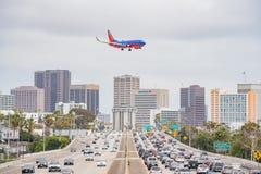 Widok z lotu ptaka autostrada, Południowo-zachodni linii lotniczej samolotowy lądowanie a obraz royalty free