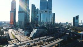 Widok z lotu ptaka autostrada z poruszającymi samochodami i Moskwa centrum biznesu na tle w pogodnym letnim dniu przeciw błękitow zbiory