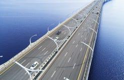Widok z lotu ptaka autostrada w oceanie Samochody krzyżuje bridżowego wymiana wiadukt Autostrady wymiana z ruchem drogowym Powiet zdjęcie stock