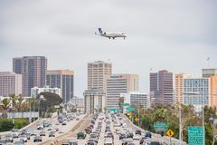 Widok z lotu ptaka autostrada, Zlanej linii lotniczej samolotowy lądowanie i obraz stock
