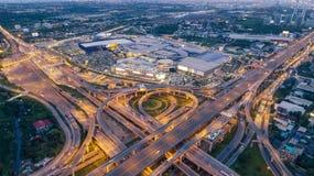 Widok z lotu ptaka autostrady drogowy skrzyżowanie przy półmrokiem dla transportu, dystrybucji lub ruchu drogowego tła, obrazy stock