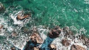 Widok z lotu ptaka błękita jasnego woda morska Widok z lotu ptaka denne fala niebieskie fale oceanu Fale rozbija skalistych kamie zdjęcie wideo