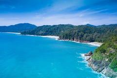 Widok z lotu ptaka błękitny ocean i tropikalna plaża nad nieba tłem obrazy royalty free