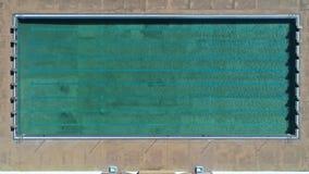Widok z lotu ptaka basen z wodą w basenie - gorący słoneczny dzień poolside wakacje letni idylliczny, pływacki pojęcie fotografia stock