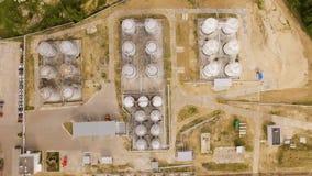 Widok z lotu ptaka benzyny strefa przemysłowa na piasku Odgórny widok zbiory wideo
