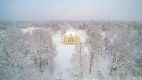 Widok z lotu ptaka biały miasto jako śnieżni spadki zbiory
