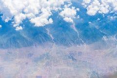 Widok z lotu ptaka biel chmury, niebieskie niebo i ziemia, Zdjęcia Royalty Free