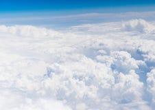 Widok z lotu ptaka bielu niebieskie niebo i chmury Zdjęcia Stock