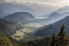 Widok z lotu ptaka Bohinj jezioro przy zmierzchem w Juliańskich Alps Popularny turystyczny miejsce przeznaczenia w Slovenia nie d Obraz Royalty Free