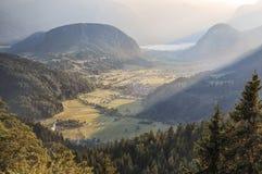 Widok z lotu ptaka Bohinj jezioro przy zmierzchem w Juliańskich Alps Popularny turystyczny miejsce przeznaczenia w Slovenia nie d Obrazy Stock