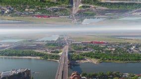Widok z lotu ptaka bridżowy skrzyżowanie szerokiej rzeki blisko miasta, lustrzany horyzontu skutek środki Lato krajobraz z zielen zbiory