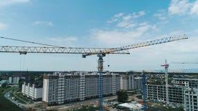 Widok z lotu ptaka budowy duży żuraw na budynku tle, zakończenie w górę zbiory