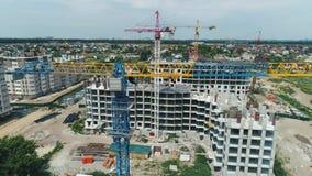 Widok z lotu ptaka budowy duży żuraw na budynku tle, zakończenie w górę zbiory wideo