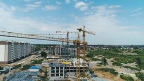 Widok z lotu ptaka budowy duży żuraw na budynku tle, zakończenie w górę zdjęcie wideo