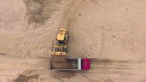 Widok z lotu ptaka buldożeru dolewania piasek w ciężarówkę zbiory wideo