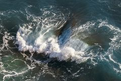 Widok z lotu ptaka buntować fale w morzu śródziemnomorskim fotografia stock