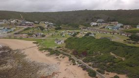 Widok z lotu ptaka campsite, plaża i domy przy Jongensfontein, zbiory wideo
