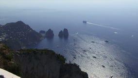 Widok z lotu ptaka Capri z statkami i łodziami zbiory
