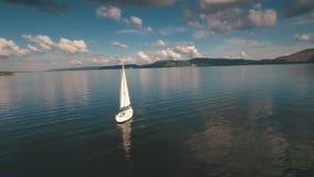 Widok z lotu ptaka catamaran żeglowanie w linii brzegowej z pięknym zmierzchem zdjęcie wideo