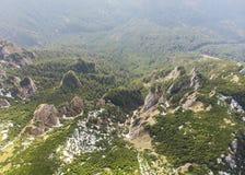 Widok z lotu ptaka Ceahlau góra z skalistym kamieniem i lasu krajobrazem Obrazy Stock