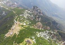 Widok z lotu ptaka Ceahlau góra z skalistym kamieniem i lasu krajobrazem Zdjęcia Royalty Free