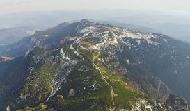 Widok z lotu ptaka Ceahlau góra z skalistym kamieniem i lasu krajobrazem Zdjęcie Stock