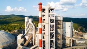 Widok z lotu ptaka cementowy zakład produkcyjny Pojęcie budynki przy fabryką, stalowe drymby, giganty zdjęcia stock