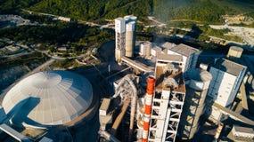 Widok z lotu ptaka cementowy zakład produkcyjny Pojęcie budynki przy fabryką, stalowe drymby, giganty obrazy stock