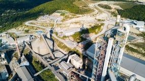 Widok z lotu ptaka cementowy zakład produkcyjny Pojęcie budynki przy fabryką, stalowe drymby, giganty zdjęcie royalty free