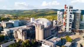Widok z lotu ptaka cementowy zakład produkcyjny Pojęcie budynki przy fabryką, stalowe drymby, giganty zdjęcie stock