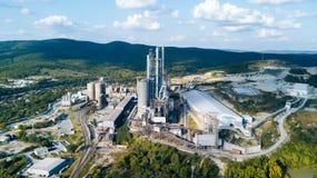 Widok z lotu ptaka cementowy zakład produkcyjny Pojęcie budynki przy fabryką, stalowe drymby, giganty fotografia stock