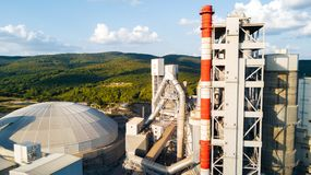 Widok z lotu ptaka cementowy zakład produkcyjny Pojęcie budynki przy fabryką, stalowe drymby, giganty obrazy royalty free