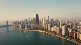 Widok z lotu ptaka Chicago, Ameryka wcześnie w ranku Truteń lata nad jezioro michigan na świcie zdjęcie wideo