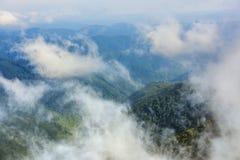 Widok z lotu ptaka chmurne góry Zdjęcia Royalty Free