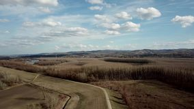 Widok z lotu ptaka Chmurnieje nad wsią Wiosny wieś zdjęcie wideo