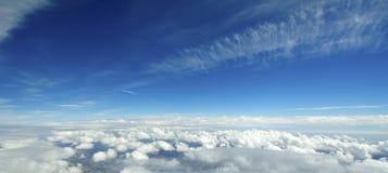 Widok z lotu ptaka chmury nad ziemią. zdjęcia stock
