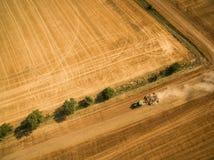 Widok z lotu ptaka ciągnikowy działanie pole obraz stock