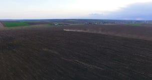 Widok z lotu ptaka ciągnikowy kultywujący pole 4K zdjęcie wideo