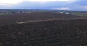 Widok z lotu ptaka ciągnikowy kultywujący pole 4K zbiory