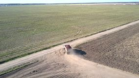 Widok z lotu ptaka ciężarówka z grula zwrotami na szerokiej drodze zbiory wideo
