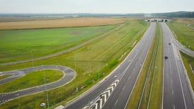 Widok z lotu ptaka ciężarówka i inny kupczymy jeżdżenie wzdłuż autostrady w Polska zdjęcie wideo