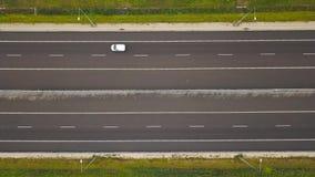 Widok z lotu ptaka ciężarówka i inny kupczymy jeżdżenie wzdłuż autostrady w Polska zbiory