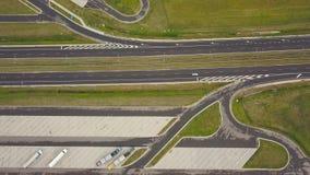 Widok z lotu ptaka ciężarówka i inny kupczymy jeżdżenie wzdłuż autostrady w Polska zbiory wideo