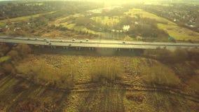 Widok z lotu ptaka ciężarówka i inny kupczymy jeżdżenie wzdłuż drogi zbiory