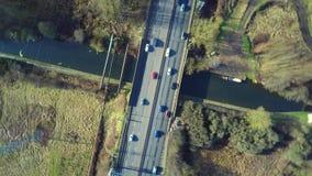 Widok z lotu ptaka ciężarówka i inny kupczymy jeżdżenie wzdłuż drogi zbiory wideo