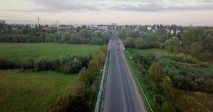 Widok z lotu ptaka ciężarówka i inny kupczymy jeżdżenie wzdłuż drogi przy wschodem słońca Piękny zmierzch nad drogą pełno ruch dr zdjęcie wideo