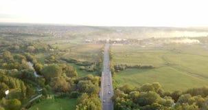 Widok z lotu ptaka ciężarówka i inny kupczymy jeżdżenie wzdłuż drogi przy wschodem słońca Piękny zmierzch nad drogą pełno ruch dr zbiory
