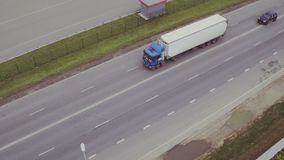 Widok z lotu ptaka ciężarówka na drodze zdjęcie wideo