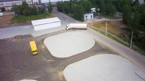 Widok z lotu ptaka ciężarówki parkować przed przemysłu budynkiem klamerka antena Powietrzny Odgórny widok bielu Semi ciężarówka z zbiory wideo